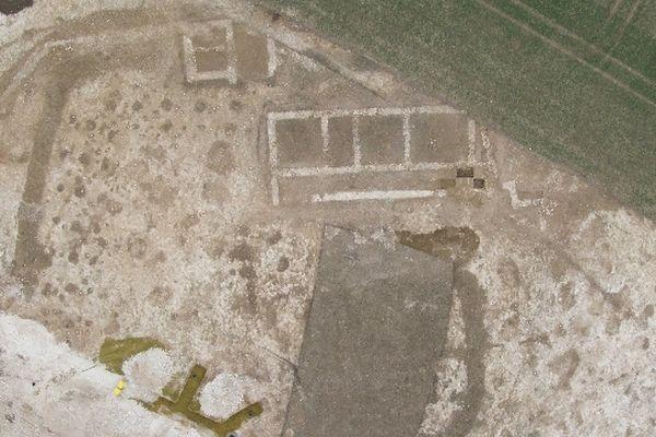 Vue aérienne de l'enclos du sanctuaire et du bâtiment romain mis au jour à Thézy-Glimont dans la Somme