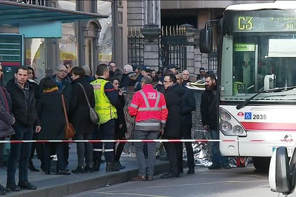 L'accident s'est produit à l'entrée de la rue de la République tout près de l'hôtel de ville de Lyon . Un endroit très dangereux où il faut redoubler de vigilance