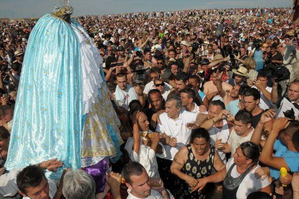 Le traditionnel pèlerinage des Saintes-Maries-de-la-Mer, ou pèlerinage des gitans, attire chaque années des milliers de personnes.