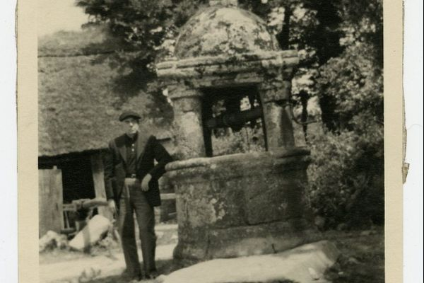 Albert Barnes photographié à Névez en 1934. Le collectionneur d'art acheta ce puits, le fit démonter pierre par pierre et le fit reconstruire dans sa propriété de Merion, dans la banlieue de Philadelphie.