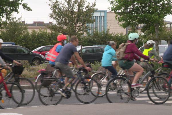 Le collectif Vélorution défile devant la gare de Caen ce samedi 4 juillet