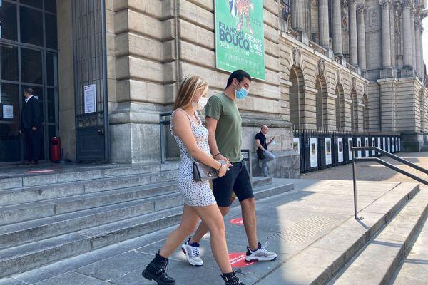 Céline et Yanis repartent main dans la main après le refus d'Hamid à l'entrée. Leur pass sanitaire ne sera valable que dans deux jours.