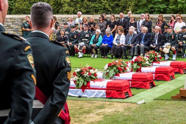 Quatre soldats canadiens tombés dans le nord de la France lors de la Première guerre mondiale ont été inhumés jeudi, un siècle après leur mort, dans le cimetière militaire britannique de Loos-en-Gohelle.