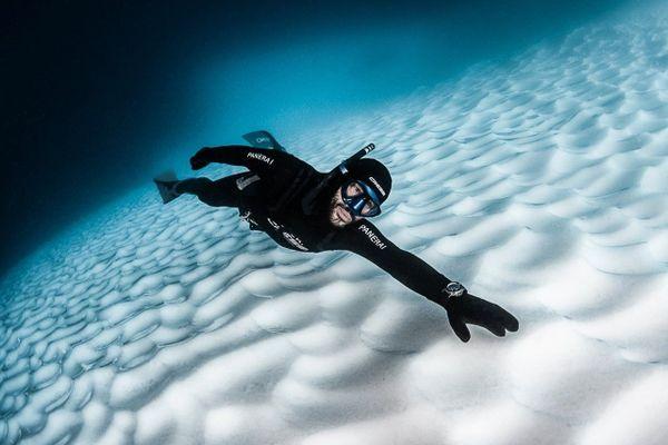 Guillaume Néry en apnée, le long des icebergs de l'Antarctique.