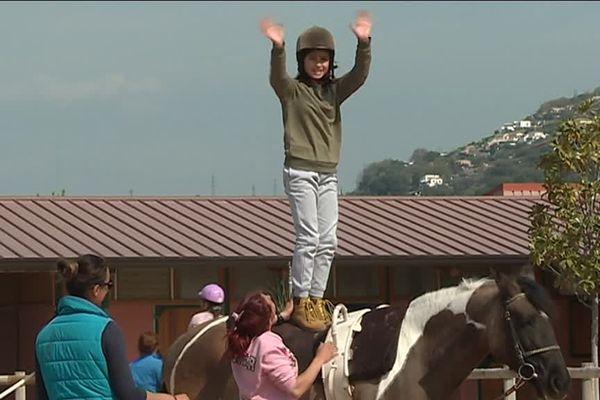 Des enfants handicapés à la rencontre des chevaux du centre hippique de Nice