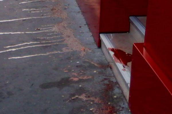 Le pas de la boutique de Denis Lefebvre, où du faux-sang a été versé en juillet 2017.