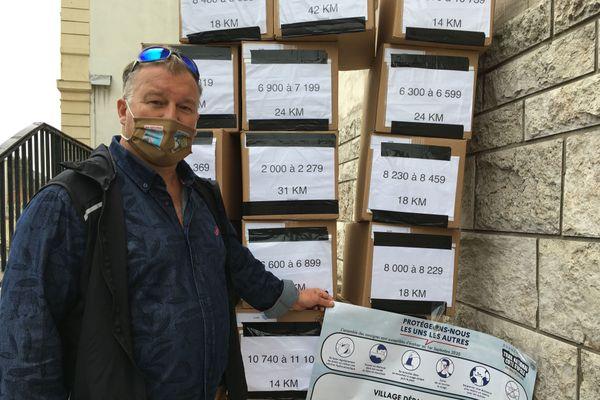 Franck Viandier devant la Sous-Préfecture à Boulogne-sur-Mer avec les dossards de l'édition 2020