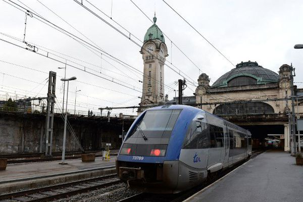Un TER arrivant en gare de Limoges.