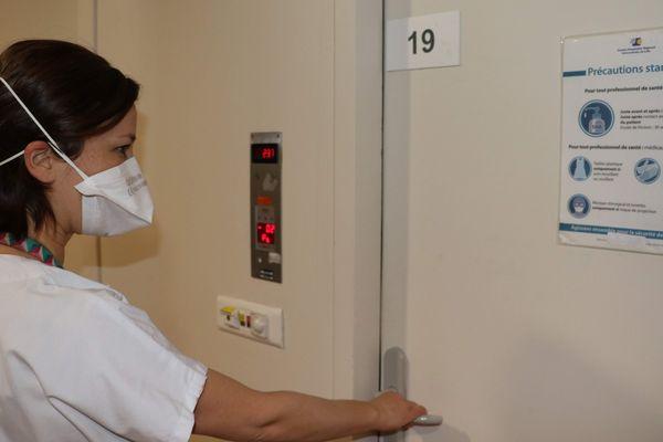 A l'entrée d'une chambre du service des maladies infectieuses au CHU de Lille