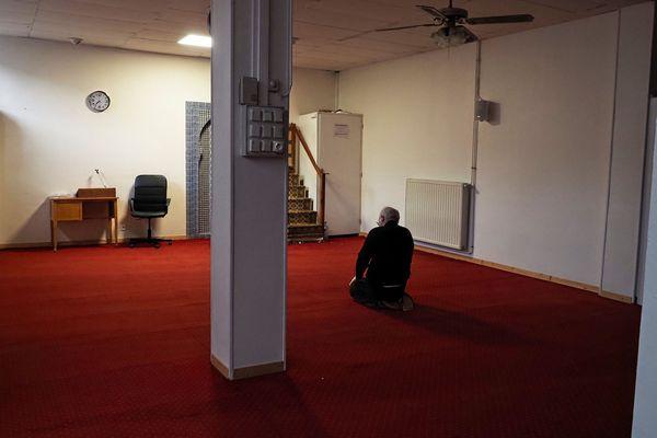 Un homme priant seul pour le premier jour du ramadan, célébré en plein confinement, à la mosquée de Tours. (Illustration)