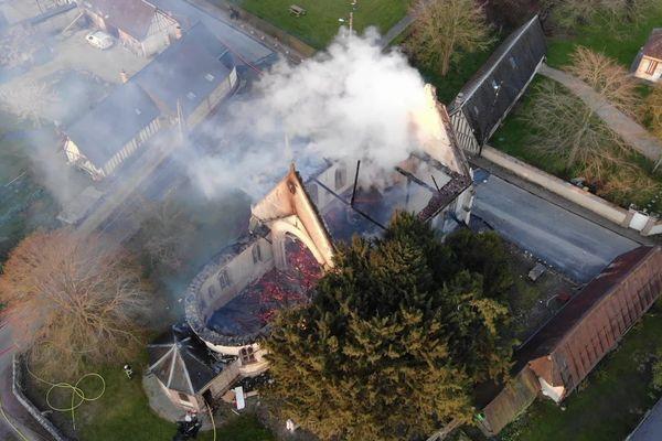 L'église ravagée par l'incendie, vue par le drone des pompiers de l'Eure