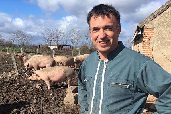 Hervé Chemel ; un agriculteur qui pousse le concept de la vente directe jusqu'au bout. Il possède une exploitation et un restaurant où sont servis ses viandes, directement au client.