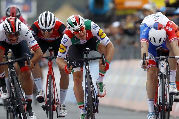 Arnaud Démare (à droite) a terminé second de l'étape derrière Fernando Gaviria (à gauche). Le vainqueur initial du sprint, Elia Viviani (au centre), a été déclassé.