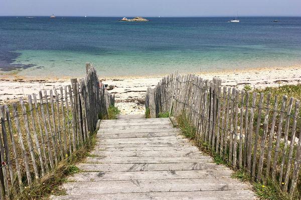 Au-delà des canisses, un dégradé de bleu à se damner, archipel des Glénan (29) juin 2019