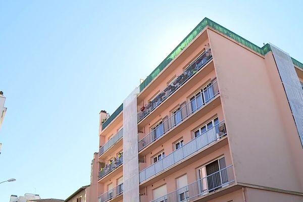 Une quinzaine de voisins écoutent ses histoires dans cet immeuble du centre-ville de Pau