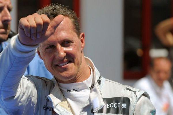 Michael Schumacher célèbre sa 3e place en Grand Prix de Formule 1 à Valence le 24 juin 2012.