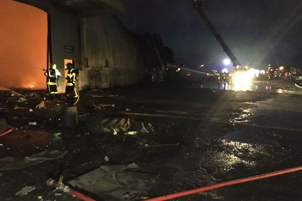 Un hangar a pris feu sur un site industriel en friche.