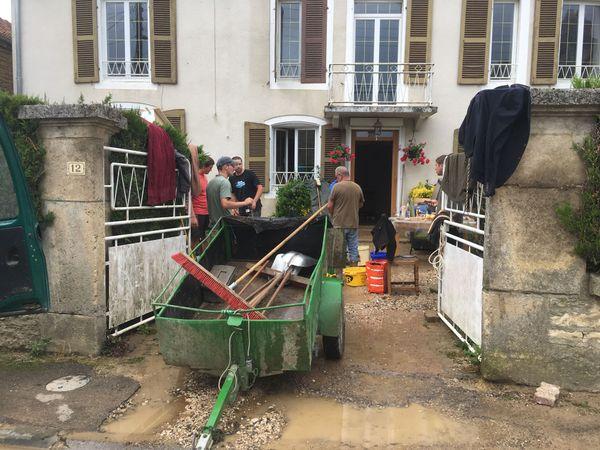 Ce matin du 5 juin, l'heure est au déblayage dans certains domiciles de Cirfontaines-en-Azois (Haute-Marne).