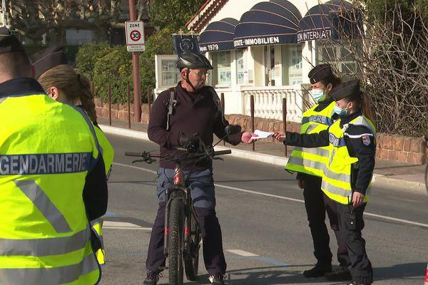 La gendarmerie contrôle les attestations à Mandelieu-la-Napoule, ce dimanche 28 février.