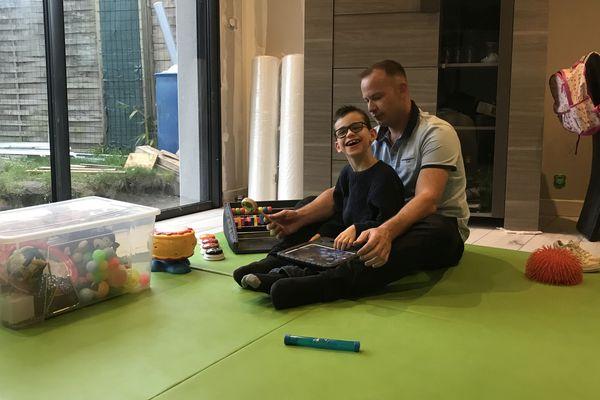 Le père de Ryan cherche à rassembler les fonds pour terminer les premières phases de recherche, afin que l'université de Boston s'empare du cas de son fils, atteint par le syndrome de Rett