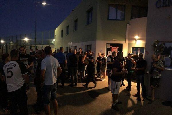 Depuis 5 heures du matin, une trentaine de surveillants bloquent l'entrée de la prison de Tarascon