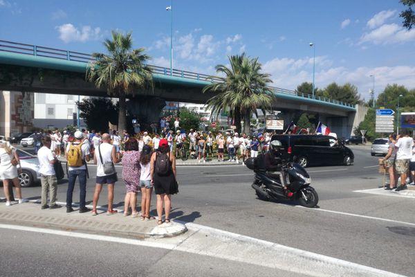 Environ 200 personnes étaient présentes sur le rond-point de Provence ce samedi 31 juillet pour manifester contre le pass sanitaire.