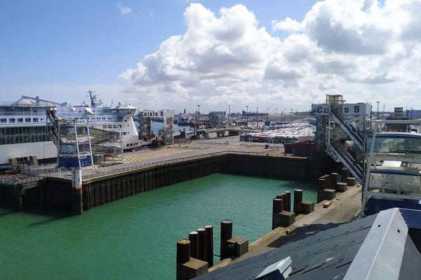 Les poids-lourds attendent la reprise du trafic depuis les quais du port de Calais, le 9 mai 2019.