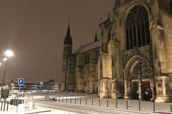 La basilique Saint-Rémi, à Reims, sous la neige.