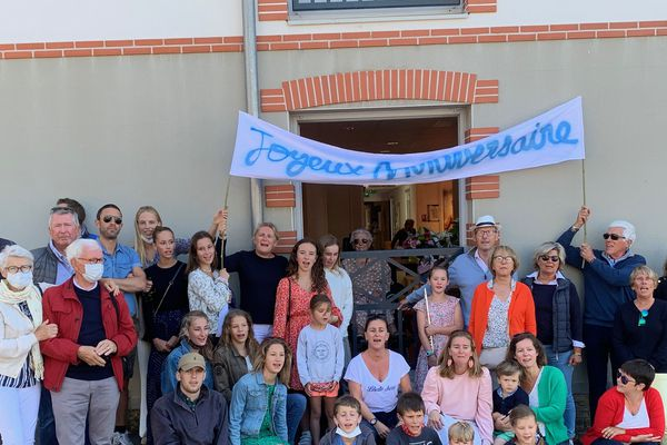 Une partie de la famille Clairouin réunie autour de sa doyenne pour ses 100 ans.