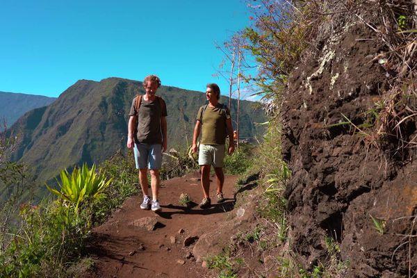 Arnaud Lauqué et Jean-Marc Gancille en randonnée dans le Cirque de Mafate à La Réunion.