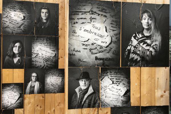"""Plus d'une centaine de portraits en noir et blanc constituent l'exposition """"A vos souhaits !""""."""