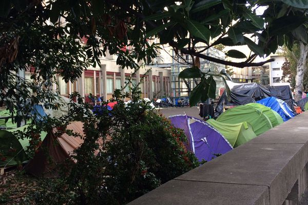 Depuis le 3 octobre, des familles de migrants vivent sous des tentes à l'université Clermont-Auvergne.