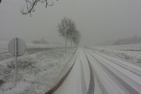 Une fine couche de neige a recouvert les routes, ce lundi matin, à Fiefs, dans le Pas-de-Calais