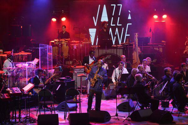"""Manu Dibango sur la scène de Jazz à Vienne en juillet 2019. Le saxophoniste, mort du Covid-19 en mars 2020, était un invité du festival. Le film documentaire """"Vienne réinvente le jazz"""" réalisé par Jean-Marc Eysseric (disponible en replay sur France 3) lui est dédié."""