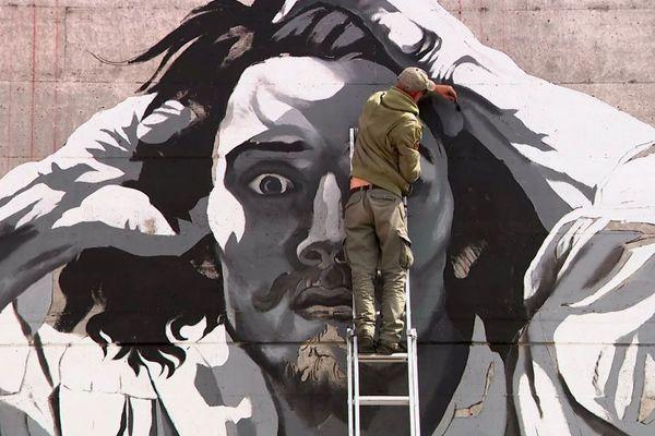 Franck Bouroullec en train de réaliser la fresque commandée par la ville de la Tour-de-Peilz en hommage à Courbet