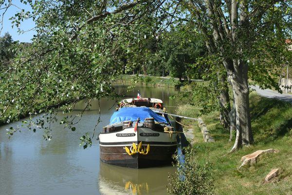Le Tourmente est l'une des dernières péniches transportant du frêt sur le canal du Midi : elle peut emporter 130 tonnes de marchandises (l'équivalent de 8 poids-lourds) entre Bordeaux et Sète.