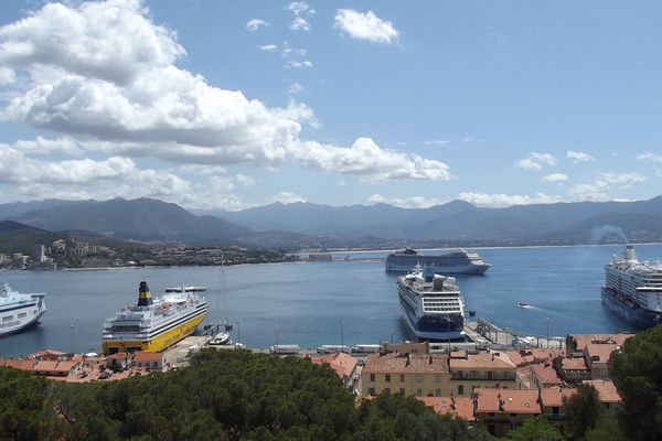 Des ferries dans le port d'Ajaccio.