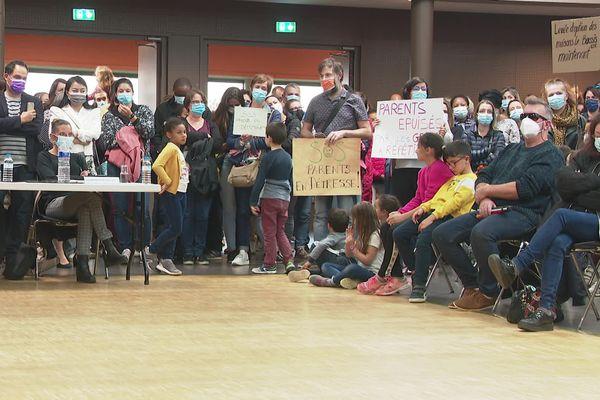 Les parents d'élèves en conseil municipal pour soutenir le mouvement de grève de l'accueil périscolaire.