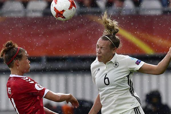 Katrine Veje (en rouge) est internationale danoise et milieu offensive gauche du MHSC foot