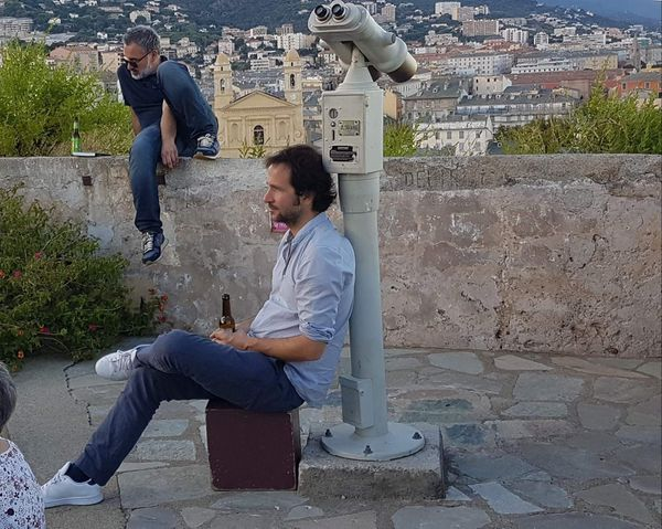 Jean-Marc Graziani, l'année dernière, assis sur le muret, derrière Julien Blanc-Gras, l'un des auteurs invités pour l'édition 2019. Cette année, c'est au tour du Bastiais d'être sure le devant de la scène