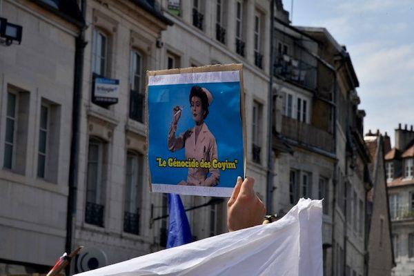 """Besançon, manifestation contre le pass sanitaire, samedi 14 août 2021, """"goyims"""" signifie """"non-juifs"""""""