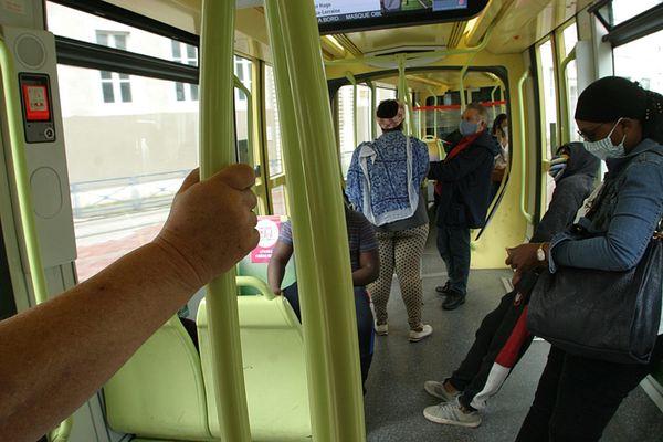 Des usagers masqués dans le tramway à Grenoble, le 11 mai 2020.