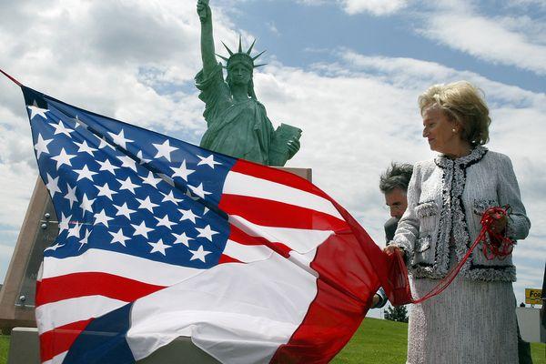 L'épouse du président Jacques Chirac, Bernadette Chirac, dévoile une plaque avec un drapeau franco-américain, le 04 juillet 2004 à Colmar, lors de l'inauguration de la Statue de la liberté.