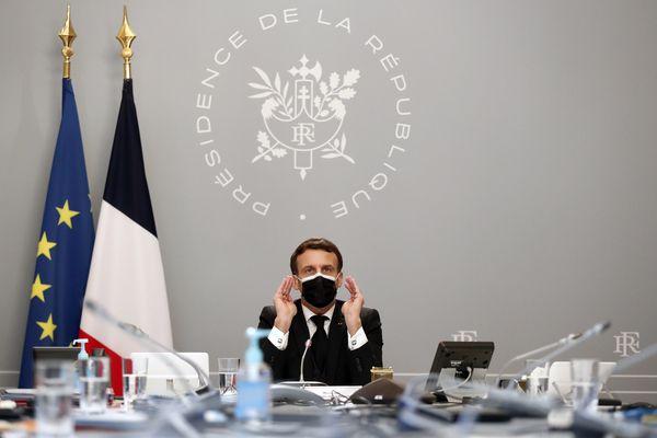Emmanuel Macron, lors du conseil de défense sanitaire à l'Elysée à Paris, le 12 février 2021.