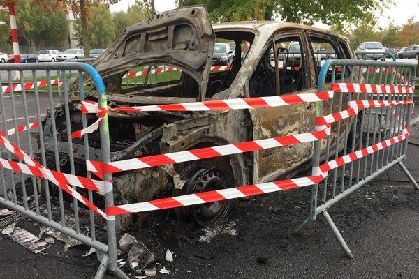 Les deux voitures ont été incendiées sur le parking de la place du Pâtis à Montargis (Loiret).