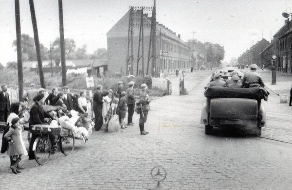 L'escorte d'Hitler passant à Sin-le-Noble, près de Douai, le 2 juin 1940.