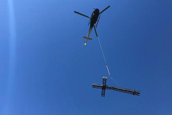 Un hélicoptère emporte la Croix vandalisée au sommet du Pic Saint-Loup.