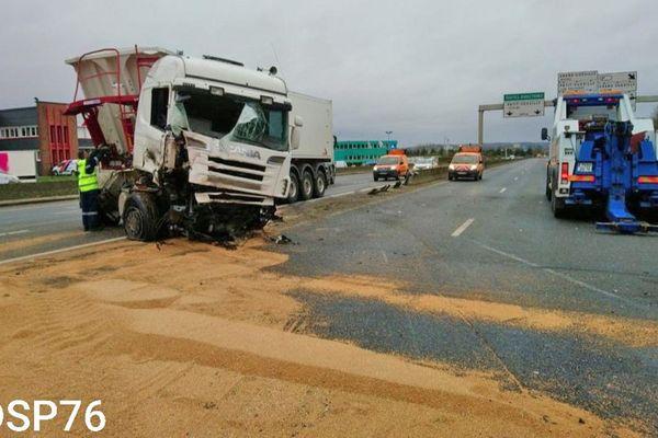 Le camion accidenté (déjà relevé) et une partie des 30 tonnes de blé sur la chaussée