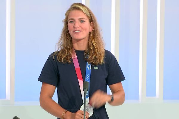Fatiguée mais incroyablement heureuse ce lundi 2 août sur le plateau de France 3 Alpes, Laura Tarantola ne lâche pas ou presque sa médaille d'argent