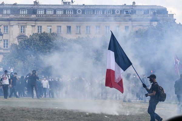 Des manifestants pour les conditions de travail des soignants sur l'esplanade des Invalides à Paris, le 16 juin 2020. - ALAIN JOCARD / AFP